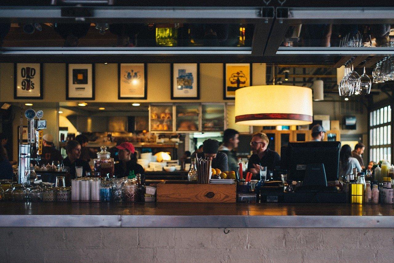 Prowadnice do kieliszków – efektowne rozwiązanie do barów, restauracji i kawiarni